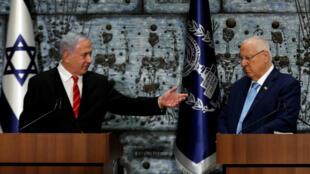 Benjamin Netanyahu (izquierda) saluda al presidente israelí, Reuven Rivlin, tras conocer que deberá formar un Gobierno en seis semanas
