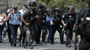 Des policiers israéliens arrêtent un manifestant palestinien à proximité de la vieille-ville de Jérusalem, le 21 juillet 2017.