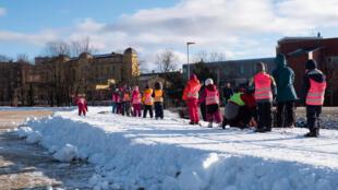 Un grupo de niños esquiando sobre nieve artificial en Oslo, Noruega, el 10 de febrero de 2021