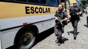 Miembros de la Policía entran a una escuela tras un tiroteo, este miércoles 13 de marzo, en la región metropolitana de Sao Paulo (Brasil).