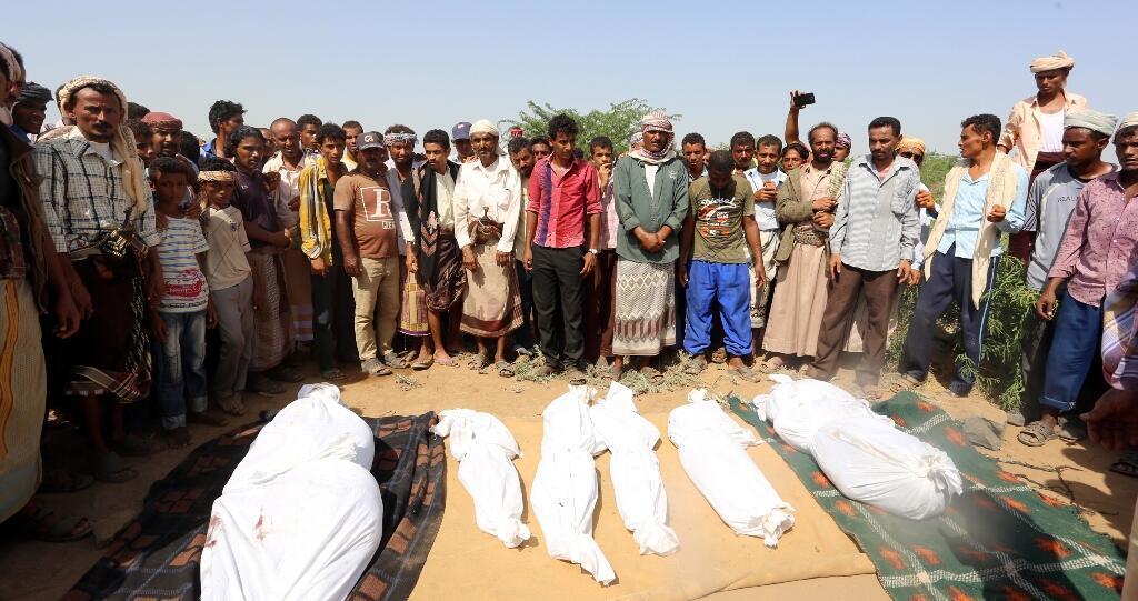 Des Yéménites, samedi 8 octobre, lors des funérailles de victimes d'un raid aérien de la coalition arabe.