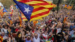 مؤيدو الانفصال في شوارع برشلونة بعد الإعلان عن استقلال إقليم كاتالونيا