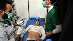 مصاب يضع قناع أكسجين داخل إحدى مستشفيات حلب، سوريا، في 24 نوفمبر 2018