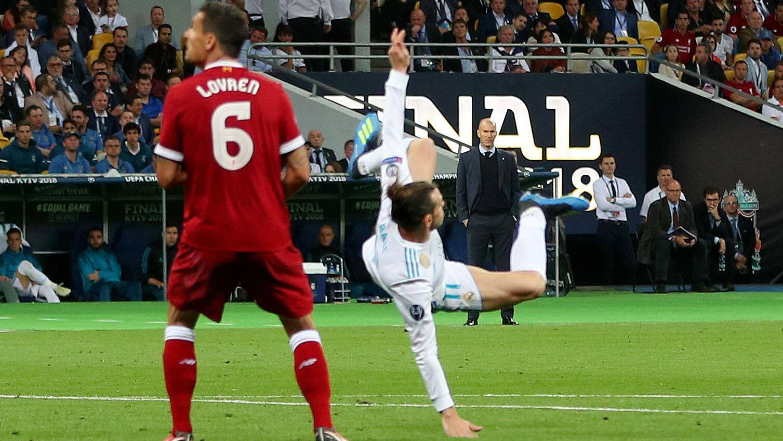 """Gareth Bale anota en espectacular """"chilena"""" mientras el entrenador Zinedine Zidane observa en la  Final de la Liga de Campeones, Real Madrid contra Liverpool el 26 de mayo de 2018."""