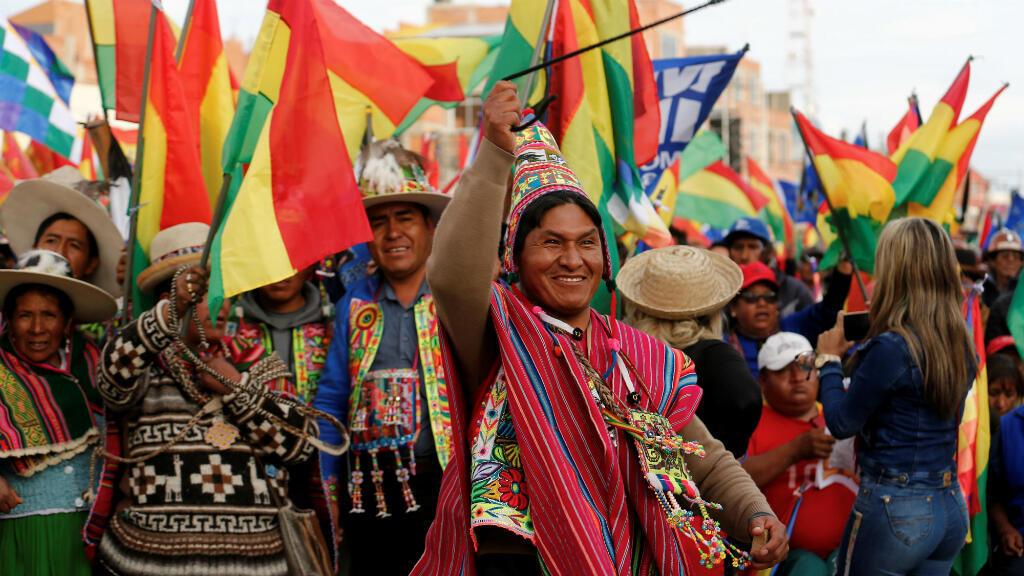Representantes de pueblos indígenas participan en una manifestación en apoyo del presidente de Bolivia, Evo Morales, en El Alto, Bolivia, el 28 de octubre de 2019.