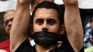 متظاهر مصري في احتجاجات ضد محاكمة رئيس نقابة الصحافيين، مارس/آذار 2017