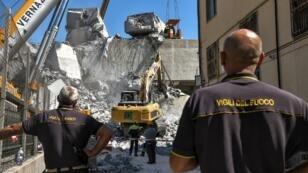 Los equipos de rescate inspeccionan los escombros y restos del puente de la autopista Morandi, dos días después de que una sección se derrumbara en Génova, el 16 de agosto de 2018.
