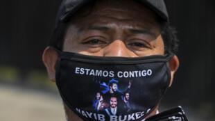 Un vendedor ofrece tapabocas con un mensaje de apoyo al presidente salvadoreño Nayib Bukele, el 1 de mayo de 2020