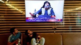 De jeunes Irakiens regardent l'annonce de la mort d'Abou Bakr al-Baghdadi, le 27 octobre 2019 à Najaf.