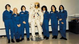 De gauche à droite : Shannon Lucid, Margaret Rhea Seddon, Kathryn Sullivan, Judith Resnik, Anna Fisher, et Sally Ride.