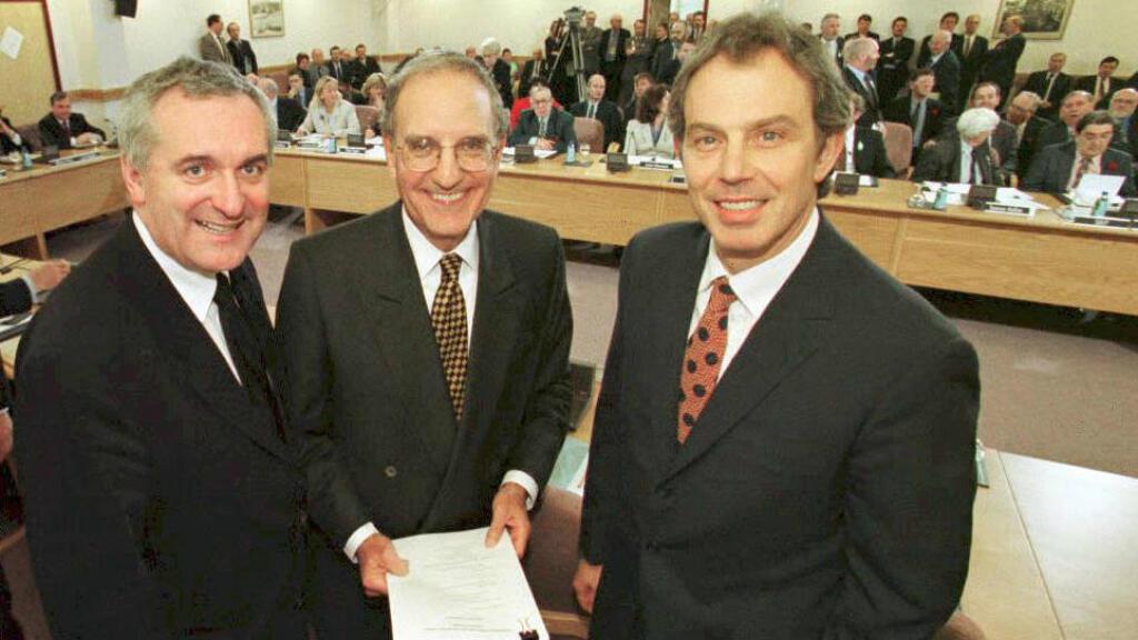 El exprimer ministro irlandés, Bertie Ahern (izquierda), el senador estadounidense, George Mitchell (centro) y el primer ministro Tony Blair (derecha) previo a la firma del acuerdo de paz en 1998 (Imagen de archivo - 10 de abril de 1998).