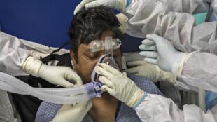 Dans cet hôpital de Greater Noida, une ville de la grande banlieue de Delhi, ici le 15 juillet 2020, le personnel médical travaille entièrement protégé, par 40° et sans climatisation, pour soigner les patients du coronavirus
