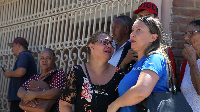 Los familiares se ven frente a la escuela Raul Brasil después de un tiroteo en Suzano, estado de Sao Paulo, Brasil , 13 de marzo de 2019.