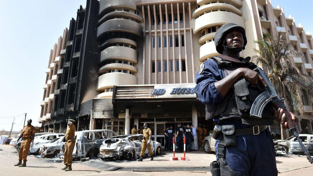 Un soldat devant devant l'hôtel Splendid à Ouagadougou, cible de l'assaut jihadiste du 15 janvier.
