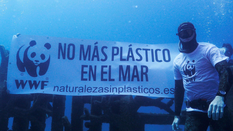 Las esculturas del museo sumergido de Lanzarote (España) han aparecido atrapadas en plásticos, en una acción realizada con motivo del Día de los Océanos por buceadores voluntarios de WWF para denunciar la envergadura del problema que supone la contaminación.