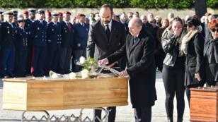 Le Premier ministre Édouard Philippe et le ministre de l'Intérieur Gérard Collomb rendend hommage aux victimes de l'attentat de Trèbes, le 29 mars 2018.