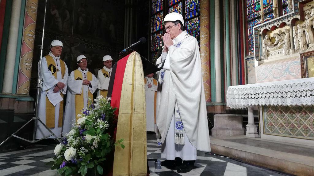 El arzobispo de París Michel Aupetit fue el encargado de ofrecer la misa que homenajeó el altar de la famosa catedral que se incendió hace dos meses. París, Francia 15 de junio de 2019.