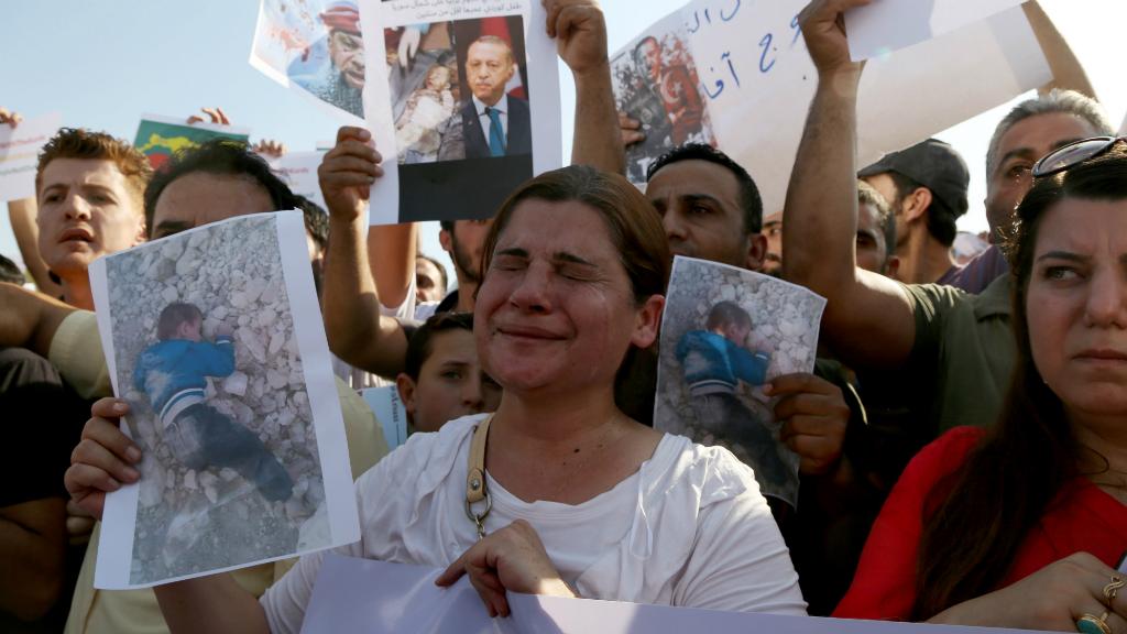 Manifestantes kurdosirios denuncian los desplazamientos y las muertes vividas desde que empezaron los ataques kurdos.