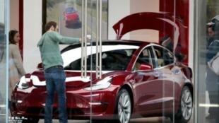 """سيارة """"موديل 3"""" من إنتاج شركة """"تيسلا"""" للسيارات الكهربائية"""