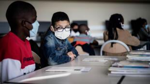 Des écoliers portant le masque, le 1er septembre 2020 à Bron, dans la métropole lyonnaise.