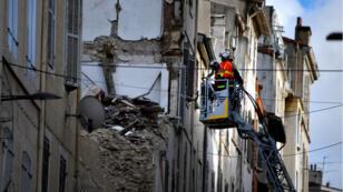 Les pompiers inspectent un bâtiment situé le long de la rue d'Aubagne, à Marseille, le 8novembre2018, à la suite de l'effondrement de deux bâtiments plus tôt dans la semaine.