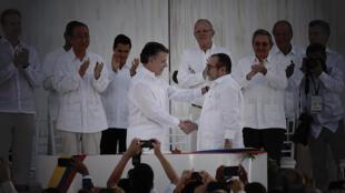 FirmaAcuerdoPaz-Colombia-SantosTimochenko