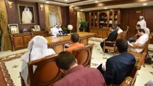 النائب العام القطري علي بن فطيس المري (وسط) متحدثا للصحفيين في الدوحة في 20 حزيران/يونيو 2017