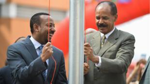 Le Premier ministre éthiopien, Abiy Ahmed, et le président Eythréen Isaias Afwerki lors de la cérémonie de réouverture de l'ambassade d'Erythrée en Ethiopie le 21 juillet, 2018.