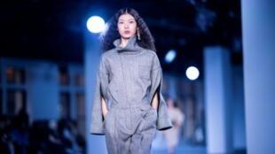 Una modelo con prendas del diseñador Phillip Lim. Archivo.