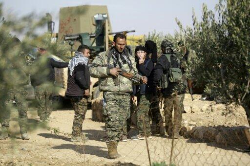 """مقاتلون من """"قوات سوريا الديمقراطية"""" التي تضم أكرادا وعرب"""