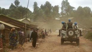 جنود مغربيون ضمن بعثة الأمم المتحدة إلى جمهورية الكونعو الديموقراطية على متن آلية عسكرية في إقليم إيتوري في شرق البلاد في 13 آذار/مارس 2020