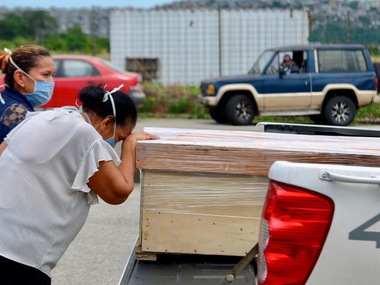 Ecuador: ataúdes de cartón y neveras para los muertos por el Covid-19 en  Guayaquil