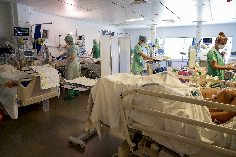 Le personnel médical s'occupe de patients Covid-19 sous assistance respiratoire au Centre Hospitalier de Polynésie Française (CHPF), à Pirae, près de Papeete le 3 septembre 2021