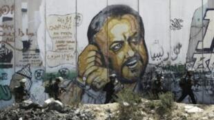 """صورة مروان البرغوثي أمين سر """"حركة فتح"""" الفلسطينية على جدارية في رام الله"""