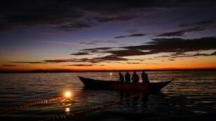 مسافرون على متن قوارب قديمة ومهترئة تغمر عباب بحيرة فيكتوريا