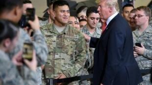 ترامب خلال زيارته قاعدة عسكرية جوية في أريزونا 19 تشرين الأول/أكتوبر 2018