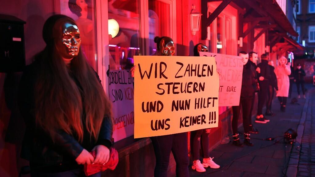 Varias trabajadoras sexuales se manifiestan en favor de la reapertura de los burdeles en Alemania debido a su necesidad económica de volver al trabajo.