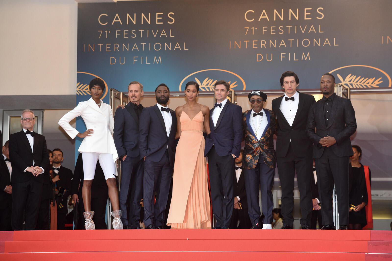 """فريق فيلم """"بلاكاسمان"""" يصعد الدرج بقصر المهرجانات في كان قبيل العرض الأول للفيلم."""
