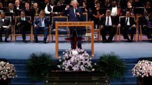 El expresidente de Estados Unidos, Bill Clinton, habla en el funeral de la fallecida cantante Aretha Franklin en el templo Greater Grace, en Detroit, Michigan, el 31 de agosto de 2018.