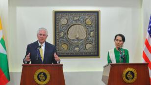 Le secrétaire d'État américain Rex Tillerson (g) et Aung San Suu Kyi (d), lors d'une conférence de presse, le 15 novembre à Naypyidaw.