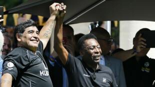 Diego Maradona et Pelé, le 9 juin 2016 à Paris, à la veille du coup d'envoi de l'Euro-2016.