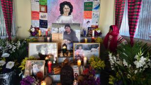 La indígena hondureña Pascuala Vásquez, se encuentra ante un altar en honor a la difunta ecologista hondureña Berta Cáceres, en la víspera del tercer aniversario de su asesinato en La Esperanza, 110 kilómetros al este de Tegucigalpa, el 2 de marzo de 2019.