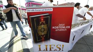 """La distribution gratuite de coran dans les rues allemandes étaient la marque de fabrique de l'organisation salafiste """"La vraie religion"""""""
