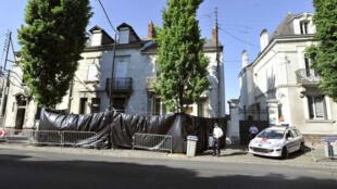 Des policiers surveillent, le 22avril2011 à Nantes, les alentours de la maison de la famille Dupont deLigonnès disparue le 4avril précédent.