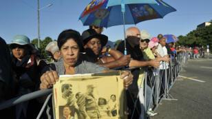 Deux jours après la mort de Fidel Castro, plusieurs centaines de Cubains se dirigeaient vers la place de la Révolution, à La Havane, le 28 novembre 2016..