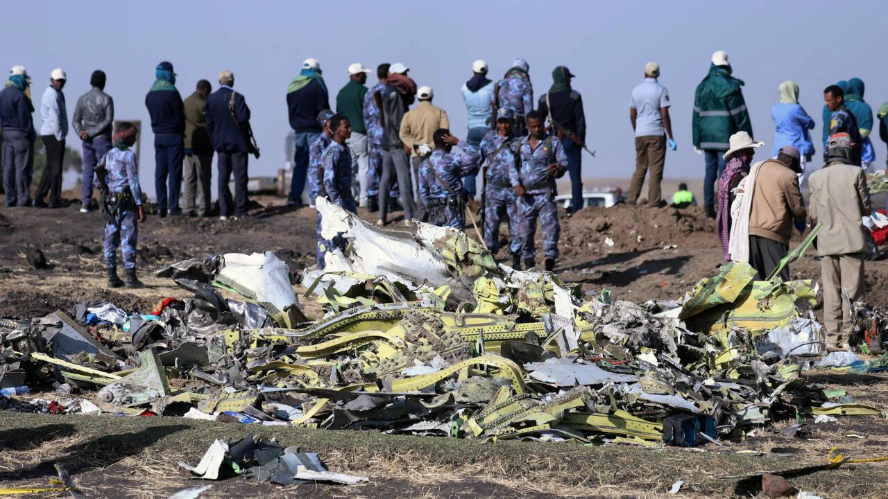 La policía federal de Etiopía en la zona del impacto del vuelo ET 302.