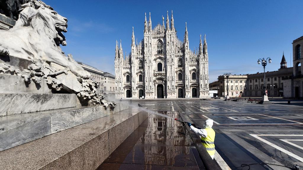 Un operario desinfecta los alrededores del Duomo en Milán.