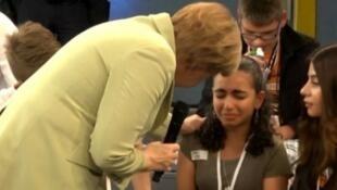 ميركل تنحني أمام لاجئة شابة فلسطينية