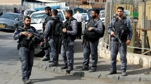 Fuerzas de seguridad israelíes montan guardia en el lugar del ataque mortal sucedido en la zona industrial de Barkan, este domingo 7 de octubre al norte de Cisjordania