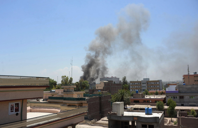 De la fumée s'échappe après une attaque entre les forces de sécurité afghanes et des kamikazes à Jalalabad, le 31 juillet 2018.